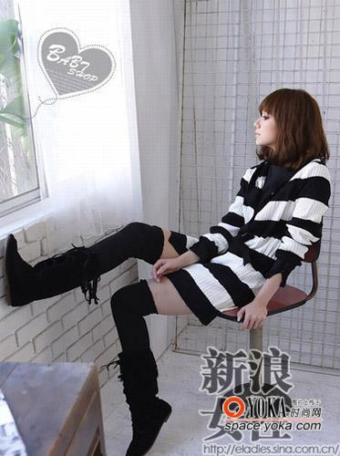 黑与白的经典条纹图案搭配时下正热的流苏短靴